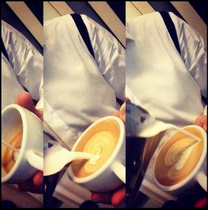 Etapy tworzenia wzoru latte art prezentuje barista - Arkadiusz Czekaj