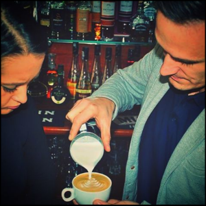 Barista Arkadiusz Czekaj podczas kursu latte art w Krakowie