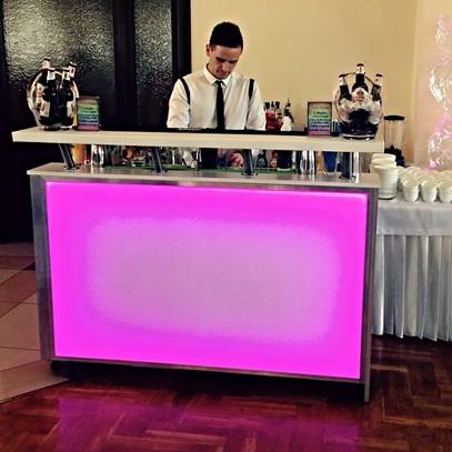 Arkadiusz Czekaj - barman na wesele na stanowisku pracy